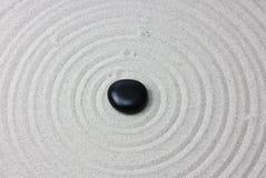 Pierre japonaise de méditation de jardin de zen photos libres de droits