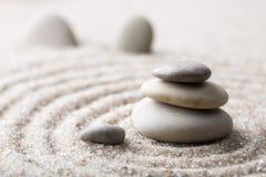 Pierre japonaise de méditation de jardin de zen pour le sable de concentration et de relaxation et roche pour l'harmonie et équil Image libre de droits