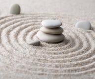 Pierre japonaise de méditation de jardin de zen pour le sable de concentration et de relaxation et roche pour l'harmonie et équil Photos stock