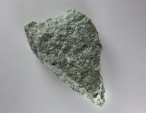 Pierre minérale de jade cru en gros plan, d'isolement sur le fond blanc Photo libre de droits