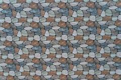 pierre multicolore avec le fond arrondi de mur de visages photos stock