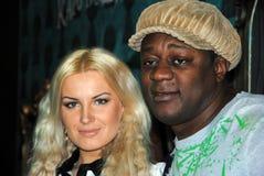 Pierre Narcisse mit seiner Frau am Premiere scre Lizenzfreie Stockfotografie