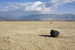 Pierre noire dans le désert Photographie stock
