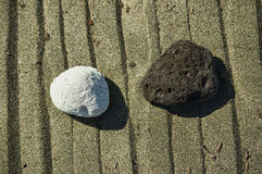 Pierre noire en pierre blanche image stock