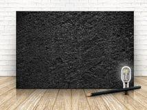 Pierre noire sur le mur de briques blanc et le plancher en bois, calibre Photo libre de droits
