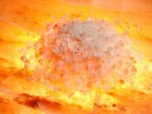 Pierre orange de sel avec du sel photographie stock