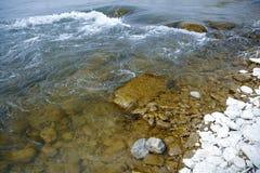 Pierre par la rivière Photos stock