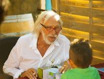 Pierre Richard-het signeren bij zijn wijnmakerij Royalty-vrije Stock Fotografie