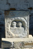 Pierre romaine Antic de tombe dans le village Rosia Montana, la Transylvanie Image libre de droits
