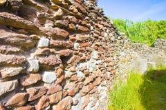 Pierre romaine et mur endommagé par brique Italie image stock