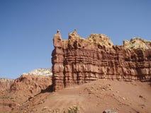 pierre rouge mise en valeur bleue de ciel de sable Photographie stock