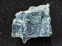 pierre rugueuse d'amiante de chrysotile sur l'obscurité Photo libre de droits