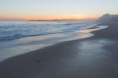 Pierre solitaire dans le coucher du soleil Photo stock