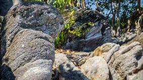 Pierre sur la falaise près de la plage et île tropicale dans le jawa de karimun photographie stock