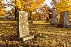 Pierre tombale au cimetière dans l'automne Image libre de droits