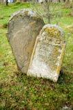 Pierre tombale au vieux cimetière juif La Transcarpathie l'ukraine Photographie stock