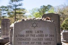 Pierre tombale avec la référence d'holocauste en Bonaventure Cemetery Photos stock