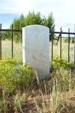 Pierre tombale blanc dans un vieux cimetière Image stock