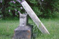 Pierre tombale cassée dans le cimetière Images stock