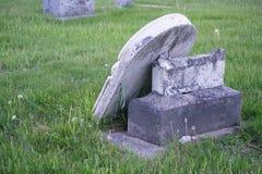 Pierre tombale cassée par cimetière de pays Image libre de droits