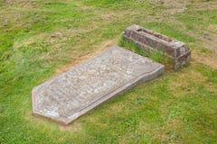 Pierre tombale cassée très vieille dans le cimetière photos libres de droits