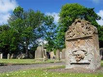 Pierre tombale dans le cimetière d'église Image stock