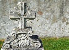 pierre tombale de 19ème siècle avec le mur en pierre Images stock