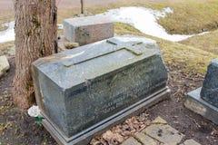 Pierre tombale de marbre avec une croix Photos libres de droits