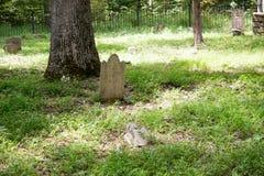 Pierre tombale historique de cimetière Photographie stock libre de droits