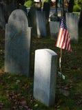 Pierre tombale : Indicateur des États-Unis avec la pierre tombale blanc Photographie stock