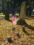 Pierre tombale : Indicateur des États-Unis dans le cimetière d'automne Photos libres de droits
