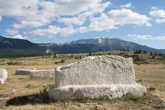 Pierre tombale sur le plateau Dugo Polje Images stock