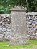 Pierre tombale très vieille dans le cimetière photographie stock