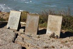 Pierre tombale trois au bord de la falaise avec le fond d'océan Image libre de droits