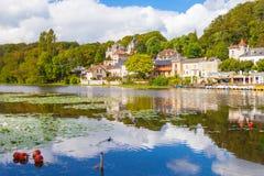 Pierrefond村庄和湖 免版税库存图片
