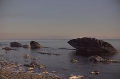 Pierres énormes sur le bord de la mer Photo libre de droits