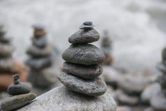 Pierres équilibrées à côté de rivière Photographie stock libre de droits