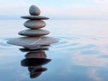 Pierres équilibrées de zen dans l'eau photos libres de droits