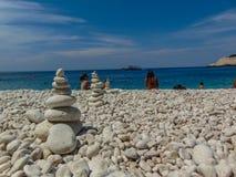 Pierres équilibrées sur la plage photographie stock
