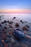 Pierres étonnantes dans l'océan La côte de mer baltique, Image stock