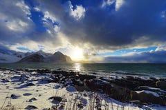 Pierres antiques sur les rivages de la mer de Norvège froide au temps de soirée Horizontal de Norwgian Bel horizontal de la Norvè Photographie stock libre de droits