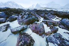 Pierres antiques sur les rivages de la mer de Norvège froide au temps de soirée Horizontal de Norwgian Bel horizontal de la Norvè Photo libre de droits