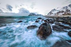 Pierres antiques sur les rivages de la mer de Norvège froide au temps de soirée Horizontal de Norwgian Bel horizontal de la Norvè Images stock