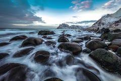 Pierres antiques sur les rivages de la mer de Norvège froide au temps de soirée Horizontal de Norwgian Bel horizontal de la Norvè Image stock