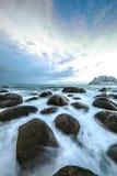Pierres antiques sur les rivages de la mer de Norvège froide au temps de soirée Horizontal de Norwgian Bel horizontal de la Norvè Photo stock