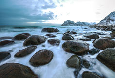 Pierres antiques sur les rivages de la mer de Norvège froide au temps de soirée Horizontal de Norwgian Bel horizontal de la Norvè Photos libres de droits