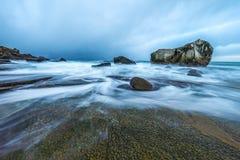 Pierres antiques sur les rivages de la mer de Norvège froide au temps de soirée Horizontal de Norwgian Bel horizontal de la Norvè Image libre de droits