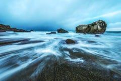 Pierres antiques sur les rivages de la mer de Norvège froide au temps de soirée Horizontal de Norwgian Bel horizontal de la Norvè Photos stock