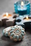 Pierres bleues de crochet et bougies allumées image libre de droits