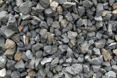 Pierres brutes foncées d'agrégat/gravier plus grandes et gris-clair se composantes, écrasées et cassées à un puits en pierre photos libres de droits